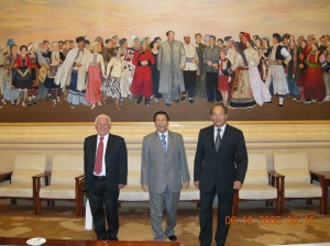 Al fondo, el retrato del líder Mao con representantes de las 57 etnias de la gran nación china