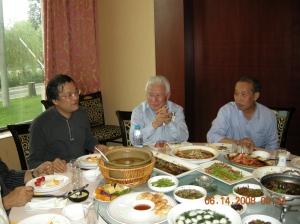 Con el amigo Roberto Luo director de la oficina de Relaciones Internacional del municipio de Shanghai
