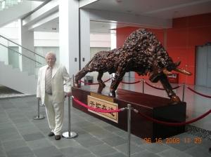 El director del blog China Sudamérica, posando frente al símbolo de la zona económica de Shenzhen